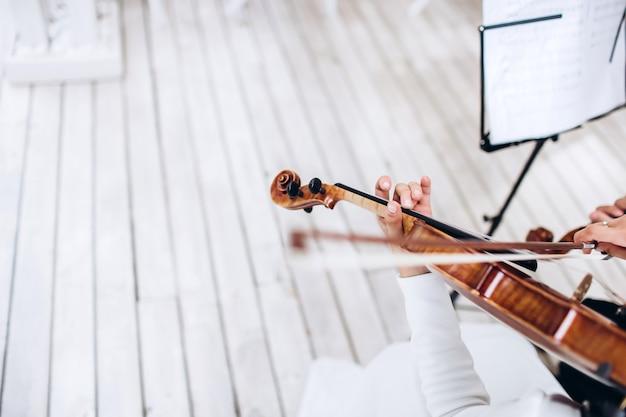 Музыкант играет на скрипке. музыкальный инструмент. Premium Фотографии