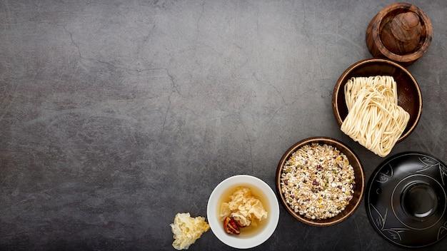 麺と灰色の背景にmusliのボウル 無料写真