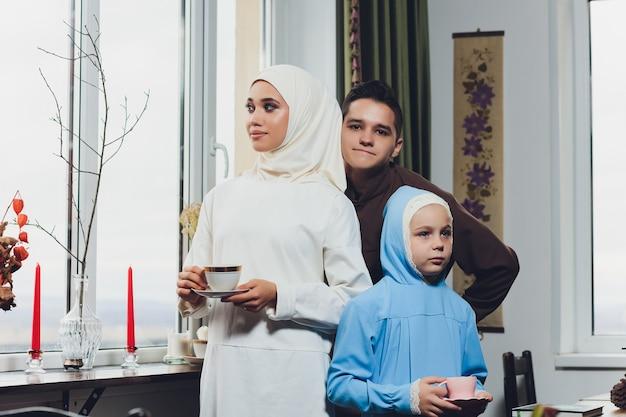 お茶を飲むイスラム教徒の白人家族 Premium写真