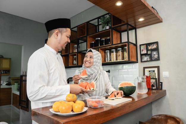 Мусульманская пара нарушает пост вместе Premium Фотографии