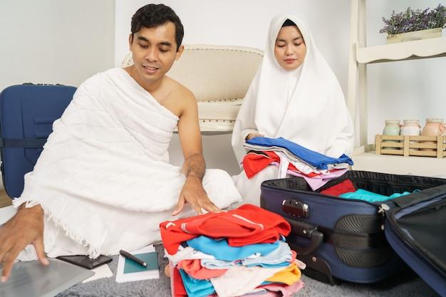 ハッジの前に荷物を準備するイスラム教徒の家族 Premium写真