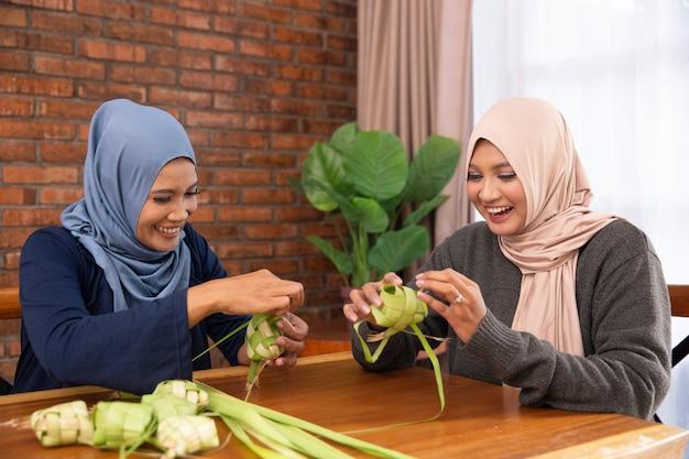 イスラム教徒が伝統的なケトゥパットや餅を作る Premium写真