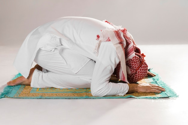 Muslim man bow in reverence front view Free Photo