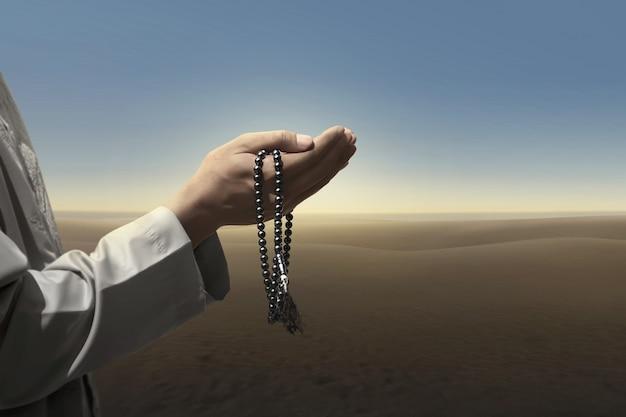 Muslim man pray with prayer beads Premium Photo