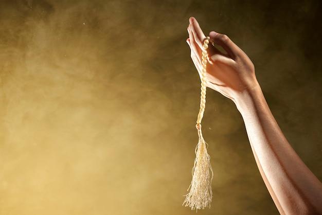 Pria Muslim berdoa dengan tasbih di tangannya Foto Premium