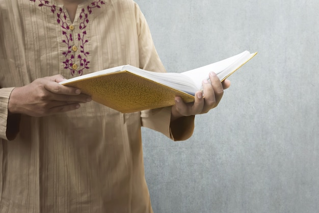 Muslim man reading the koran Premium Photo