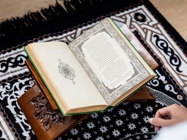 Muslim man studying the quran Premium Photo