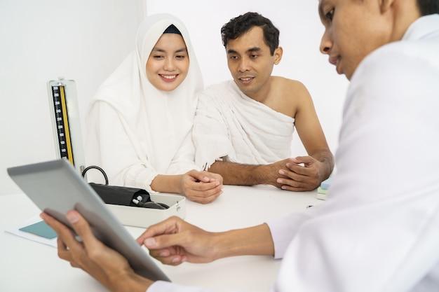 メッカ巡礼やウムラの前にイスラム教徒の健康診断 Premium写真