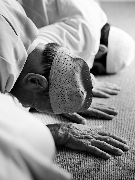 Muslim people praying in sujud posture Free Photo