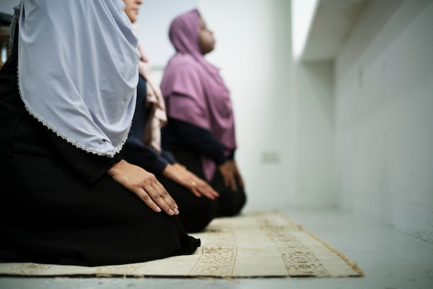 Muslim people praying Premium Photo