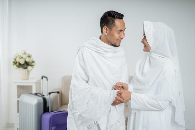 イスラム教徒の巡礼者の妻と夫の白い伝統的な服 Premium写真