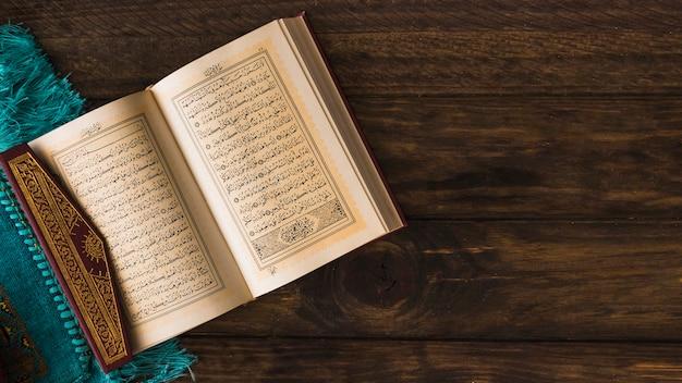 Libro religioso musulmano vicino a straccio Foto Gratuite