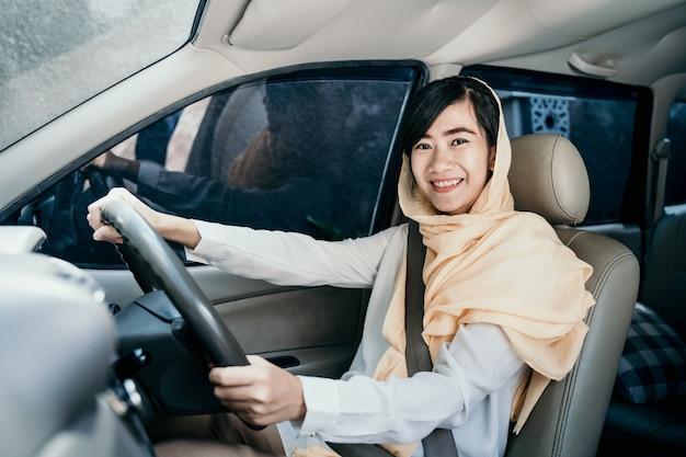 イスラム教徒の女性が車を運転 Premium写真
