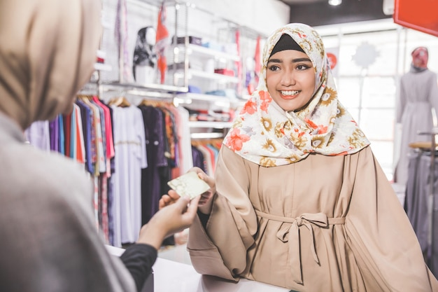 Muslim woman paying with credit card Premium Photo
