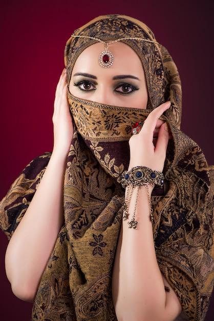 Muslim woman with nice jewellery Premium Photo