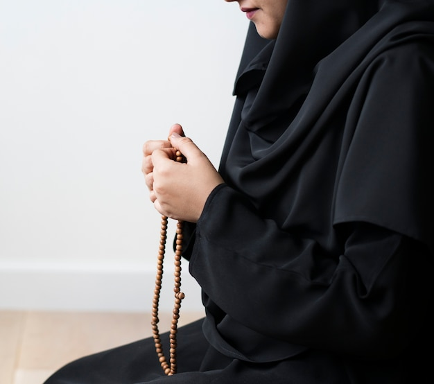 Muslim women using misbaha to keep track of counting in tasbih Free Photo