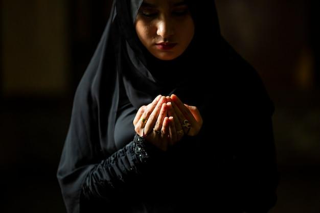 Muslim women wearing hijab prayers | Premium Photo
