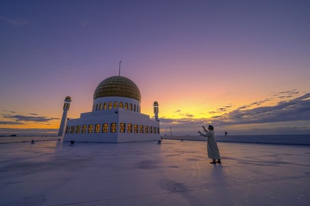 Мусульмане молятся вечером Premium Фотографии
