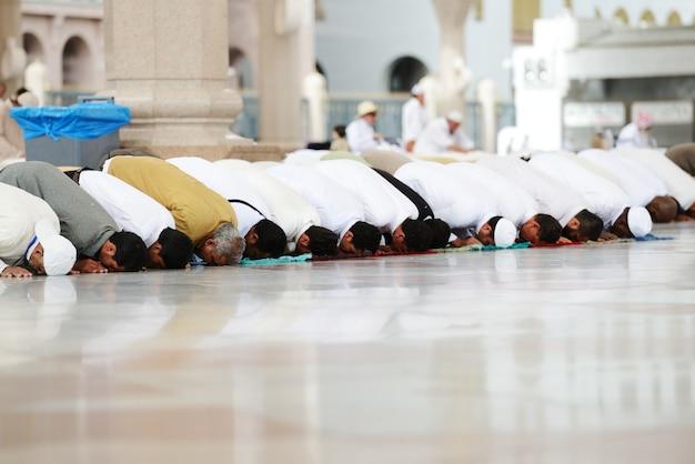 聖モスクで一緒に祈っているイスラム教徒 Premium写真