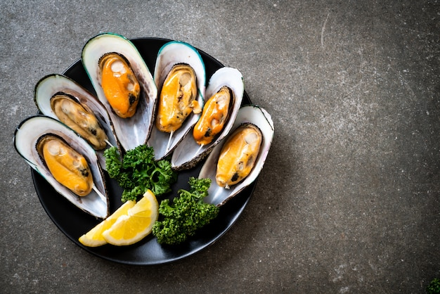 Mussels with lemon and parsley Premium Photo
