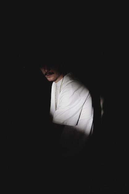 影に口ひげを持つ謎の男 無料写真