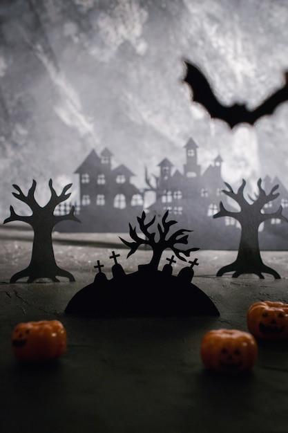 家のシルエットとテキスト用のスペースとデザインの墓地テンプレートの神秘的な夜の風景。 Premium写真
