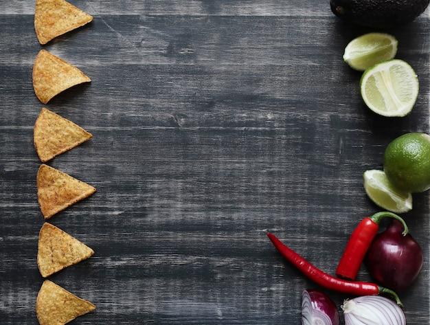 Начос с лаймом и луком на столе Бесплатные Фотографии