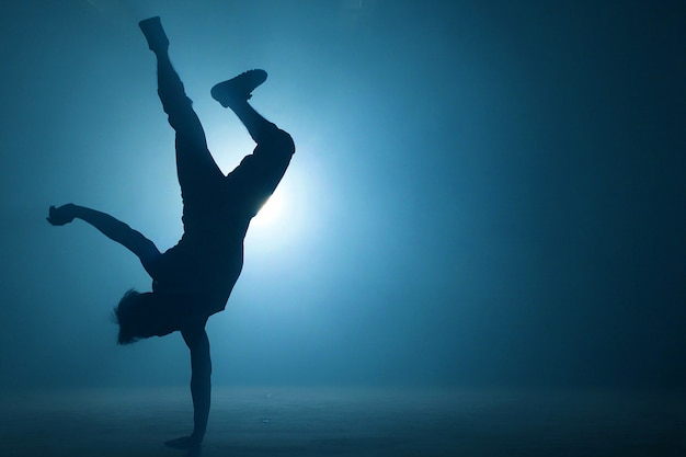 Голый сильный мужчина пытается заморозить с одной стороны. опытный атлет. Premium Фотографии