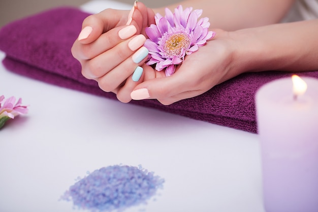 Nail care. closeup of beautiful woman hands with natural nails in beauty salon. Premium Photo