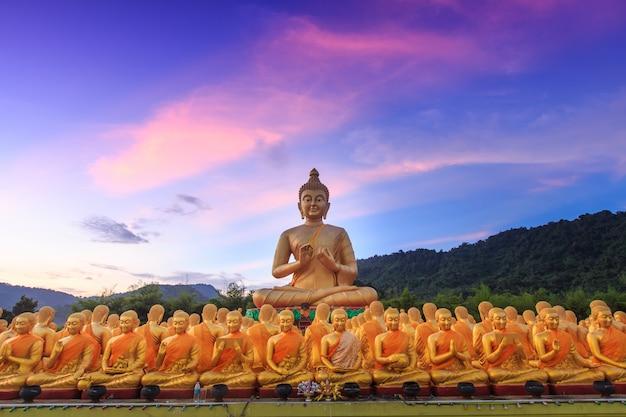 大きな黄金の仏像。 nakornnayokタイ。 Premium写真