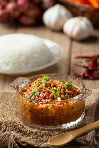 ナムプリックオン、スパイシーポークと野菜のサラダ、タイ料理。 無料写真