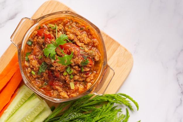 Нам прик онг, острая свинина с овощным салатом, тайская еда. Бесплатные Фотографии