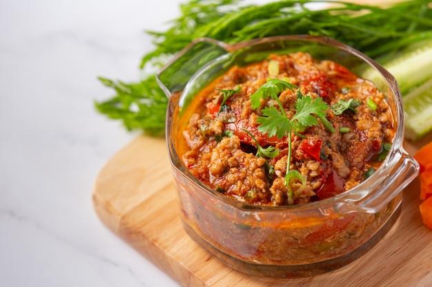 Nam Prik Ong, 야채 샐러드를 곁들인 매콤한 돼지 고기, 태국 음식. 무료 사진
