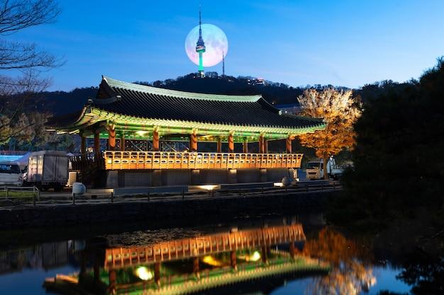 보름달이있는 가을 남산골 한옥 마을 서울 한국 프리미엄 사진
