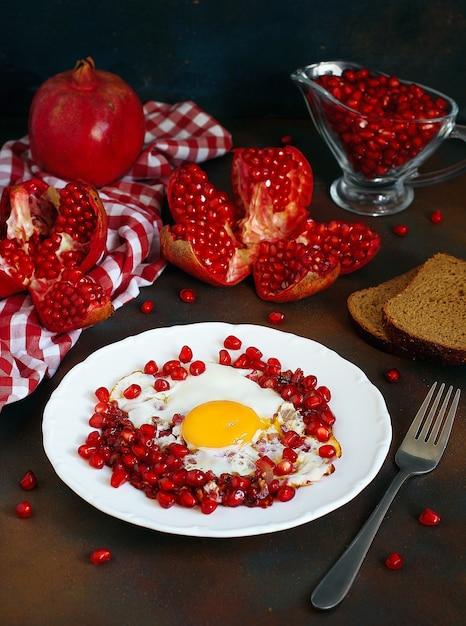 白いプレート、上面、クローズアップに卵narnumruと伝統的なアゼルバイジャン料理ザクロ 無料写真