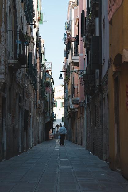 Узкий переулок посреди зданий в венеции италия Бесплатные Фотографии