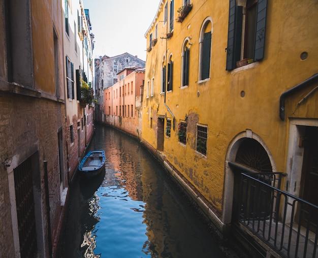 イタリア、ベニスの建物の真ん中にある狭い運河 無料写真
