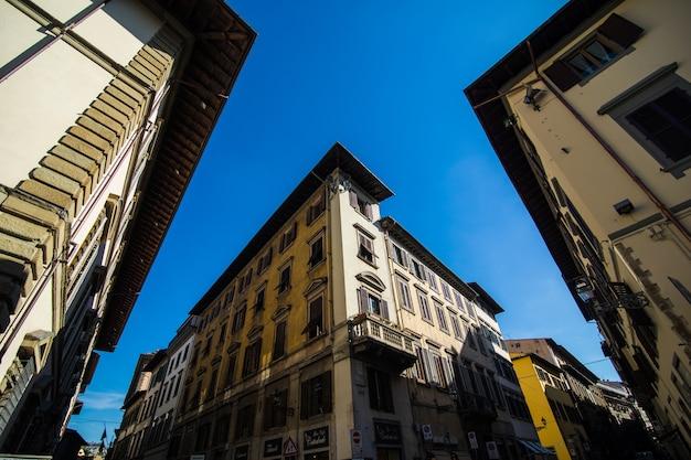 イタリア、トスカーナ、フィレンツェの狭い通り。フィレンツェの建築とランドマーク。居心地の良いフィレンツェの街並み 無料写真
