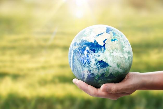 地球、手に地球、輝く地球を保持します。 nasaが提供する地球の画像 Premium写真