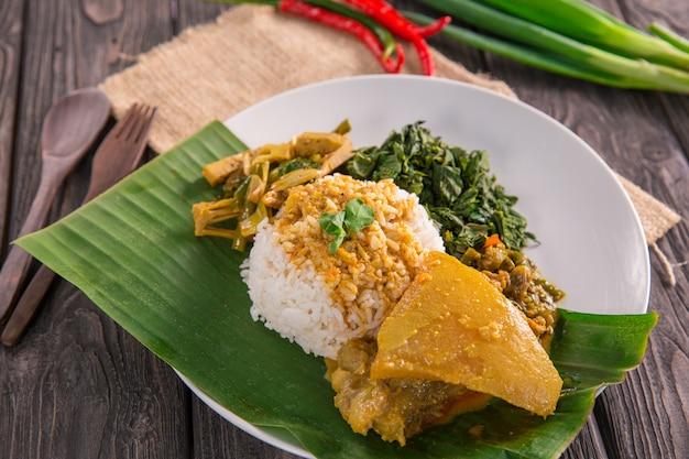 ナシパダンインドネシア料理 Premium写真