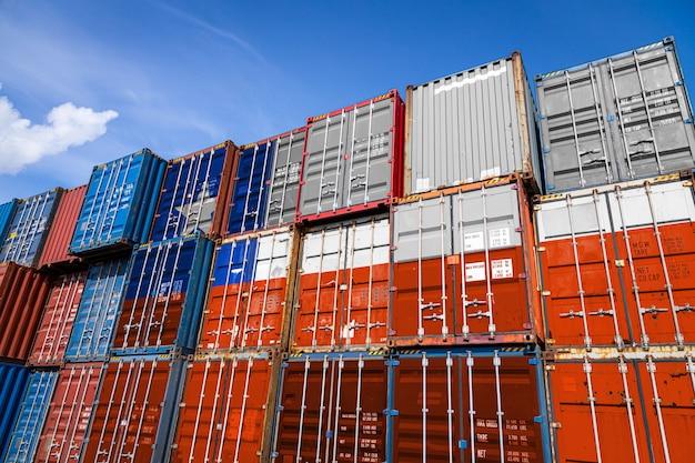 Государственный флаг чили на большом количестве металлических контейнеров для хранения товаров, уложенных рядами Premium Фотографии