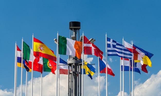 Национальные флаги стран европы на европейской площади в киеве Premium Фотографии