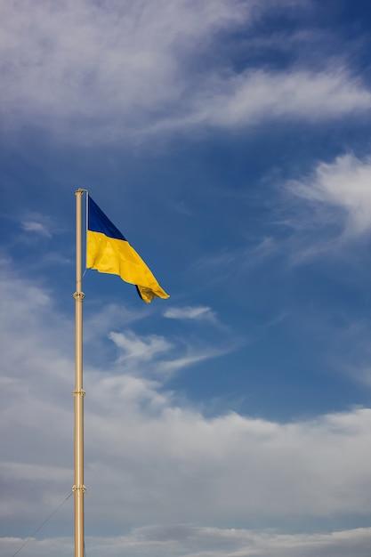 Развевается национальный желто-синий флаг украины Premium Фотографии