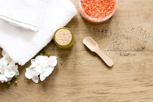 Concetto di cosmetici naturali sulla tavola di legno Foto Gratuite
