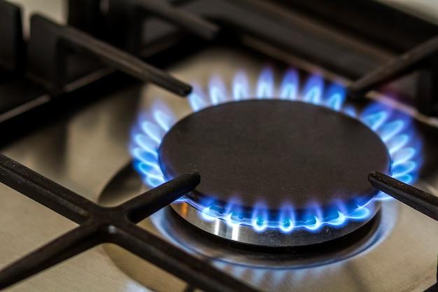 Сжигание природного газа на кухне газовая плита в темноте. Premium Фотографии