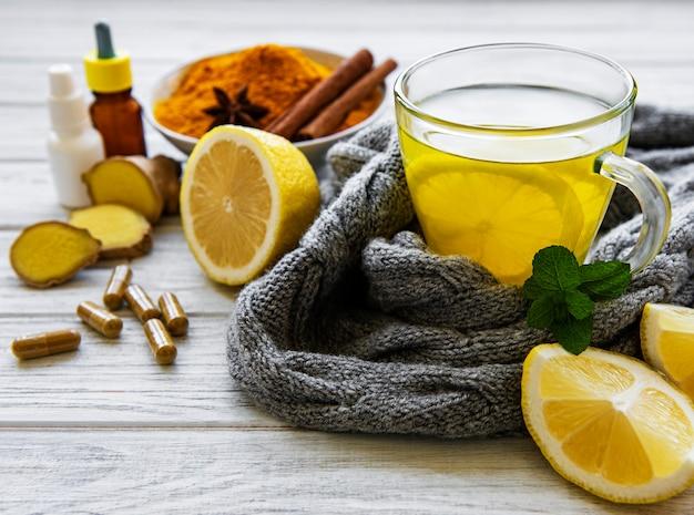 インフルエンザに対する伝統的な薬や薬の代わりに自然で健康的なウコン飲料 Premium写真