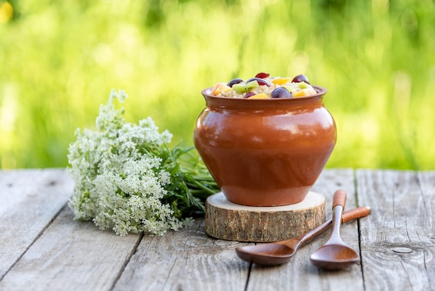 Натуральная овсяная каша на завтрак с фруктами. Premium Фотографии