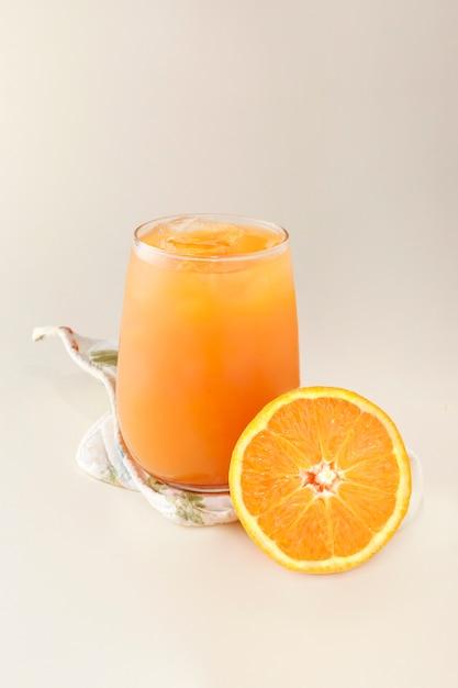 Натуральный апельсиновый сок со льдом Premium Фотографии
