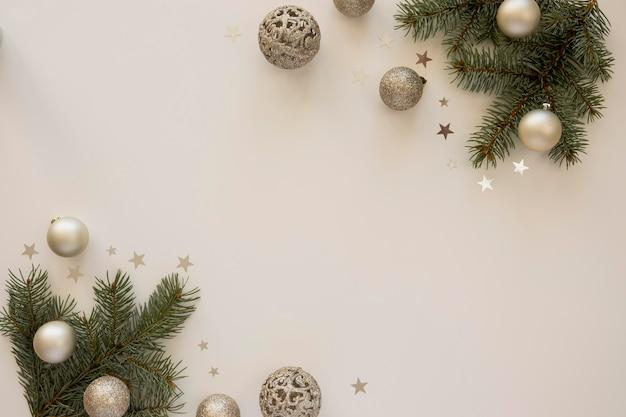 천연 소나무 바늘과 크리스마스 글로브 프리미엄 사진