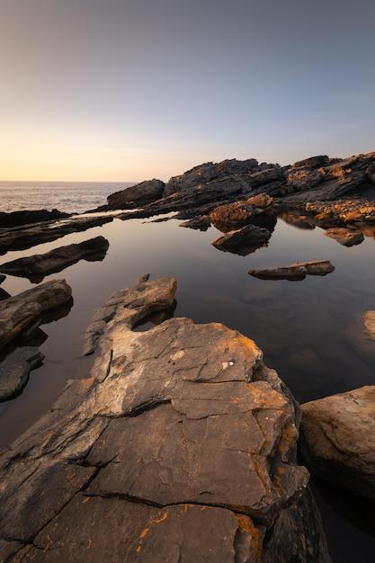 バスク国の海岸に隣接するハイスキベル山の天然プール。 Premium写真